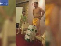 Penisiyle 3 Koli Kaldıran Çinli